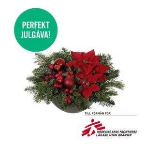 Fin låg julgrupp med julstjärnor, vaktelbär, gran/tall och julkulor. Blommografera din julhälsning med ett blommogram från Interflora!