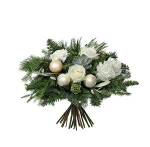 Vinterbukett med rosor, nejlikor, grönt och vita julkulor. Blommorna finns hos Interflora.