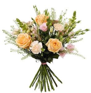 Bukett med rosor, prärieklocka, lejongap och grönt. Ljusa, pastellfärger. Beställ som blombud hos Interflora.