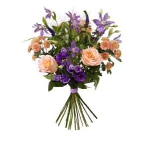 Sommarbukett med rosor, prärieklockor, klematis, krysantemum. Beställ ditt blommogram i Interfloras e-butik!