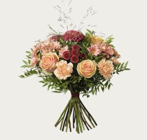 Höstbukett med rosor, nejlika, santini och krysantemum. Du hittar den hos Interflora.