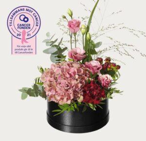 Rund blomsterdekoration med hortensia, prärieklocka, hypericum, nejlika och eukalyptus . Beställ din blomstrande gåva hos Interflora.