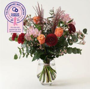 Blombukett med orange ros, vinröd germini och nejlika.
