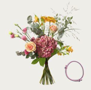 Trendig bukett med hortensia, rosor, prärieklockor och alstroemeria. Höstfärger. Plus ett rosa armband. Blommografera din gåva via Interflora - beställ ditt blommogram i e-butiken.